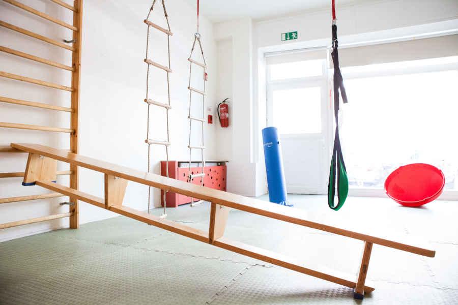 Unsere Kita verfügt über einen Bewegungsbereich mit zahlreichen Kletterelementen, Fühl- und Tastrecken, einer Schaukel, Sprossen- und Kletterwand.