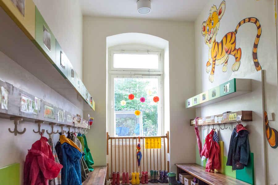 Im Eingangsbereich befindet sich die Garderobe der Kinder mit Blick in den Innenhof.