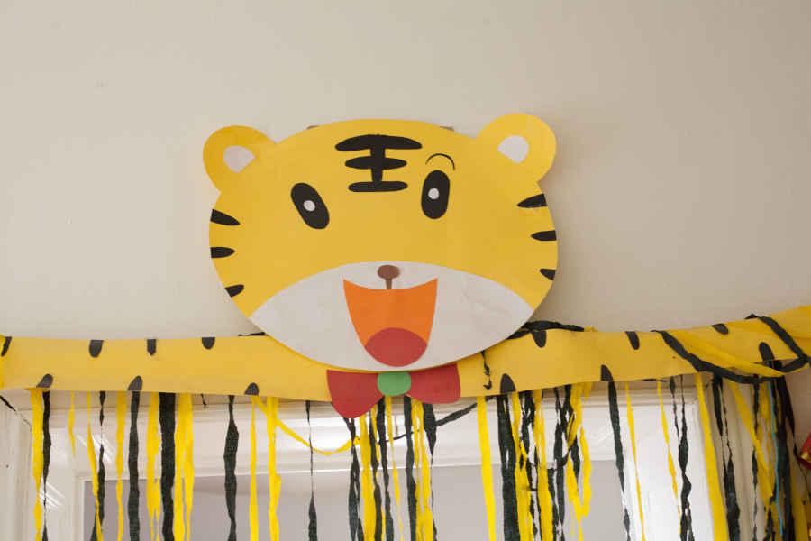 Der Eingang zum Gruppenraum wird durch einen großen Tiger geschmückt.