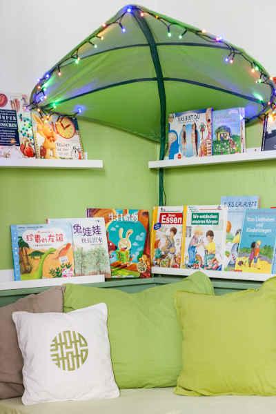 In der Leseecke finden die Kinder altersgerechte Sach- und Geschichtenbücher auf Deutsch und Chinesisch.
