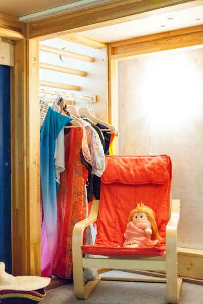 Unter dem Podest befindet sich eine Rollenspielecke mit Verkleidungs- und Puppenmaterial und eine Kinderküche.