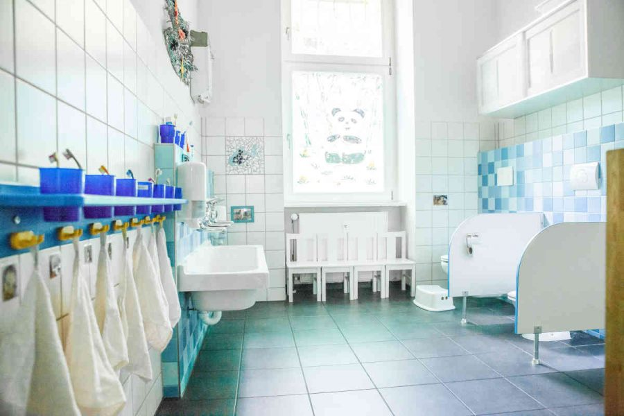Das Kinderbadezimmer. Schon für die Kleinsten ist alles gut erreichbar. Jedes Kind hat seinen eigenen Platz mit Handtuch und Zahnbürste.
