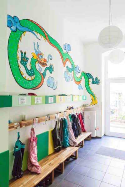 Im Eingangsbereich befindet sich die Garderobe. Jedes Kind hat einen festen Platz, mit wettergerechter Kleidung und Wechselwäschefach.