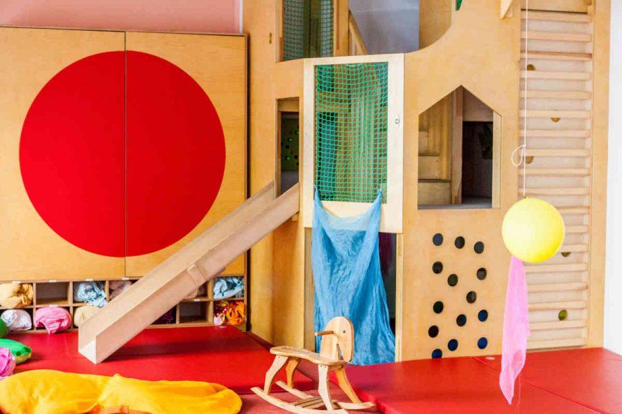 Die selbstgebaute Hochebene ermöglicht den Kindern das Spielen auf drei Ebenen. Unterschiedliche Kletterelemente fordern die Kinder heraus. Das Podest verfügt über eine Rutsche.