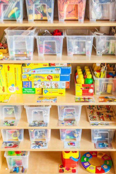 Im Gruppenraum finden die Kinder offene Regale vor, in denen sich auf Augenhöhe anregendes Spiel- und Bastelmaterialien befinden. In regelmäßigen Abständen werden Spiel- und Bastelmaterialien ausgetauscht.