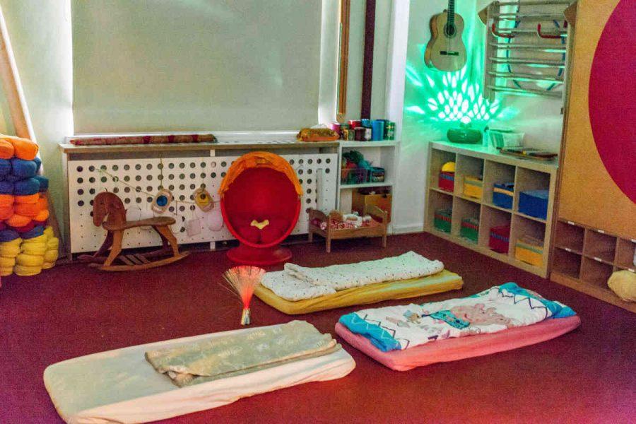 Nach dem Mittagessen haben alle Kinder die Möglichkeit, auf kleinen Matratzen im Gruppenraum zu schlafen.