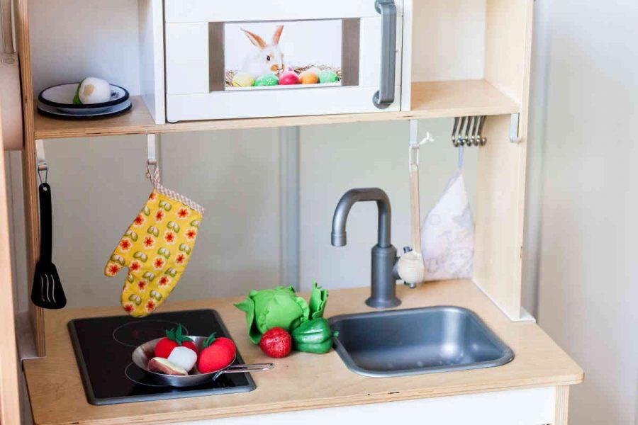 Die Kinderküche, ein Spielbereich im Gruppenraum. Dem Kind ist es selbst überlassen, sein kreatives Spiel zu gestalten.