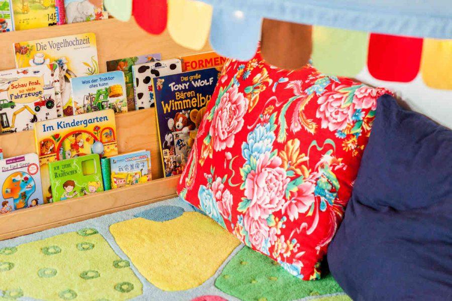 In der Leseecke finden die Kinder deutsche und chinesische Bilder- und Sachbücher.
