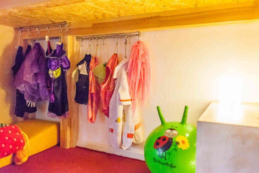 Unter der Hochebene haben die Kinder die Möglichkeit, ungestört zu spielen. Hier können sie sich verkleiden und ihren Rollenspielen nachgehen.