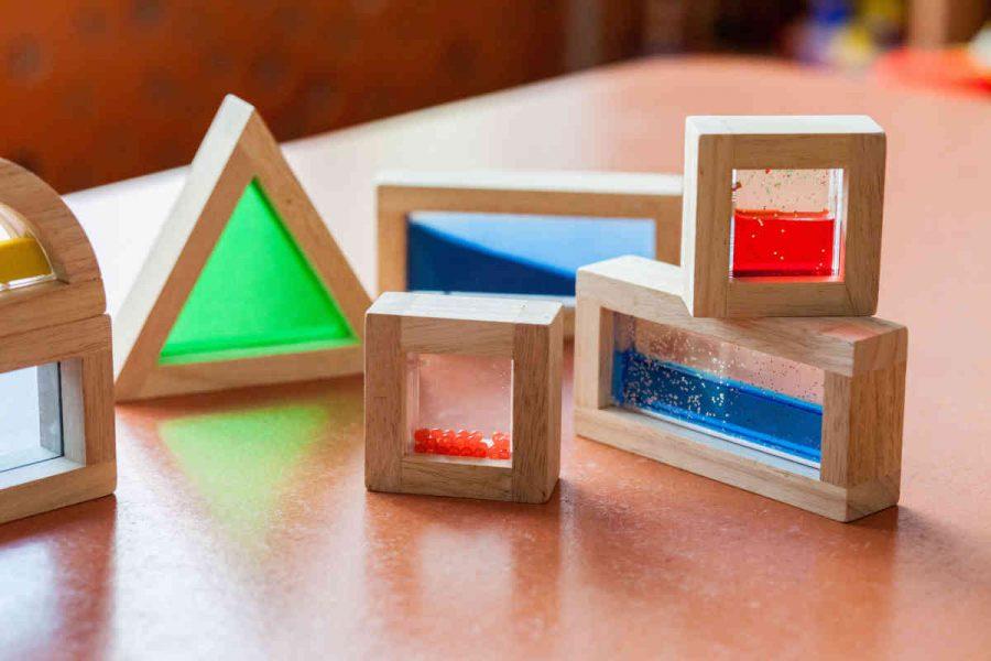 Hochwertige Holzbausteine regen die Sinne und Fantasie der Kinder an.